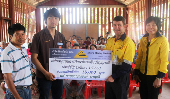 Akara's general manager presents scholarships to the children of the villagers around the mine.